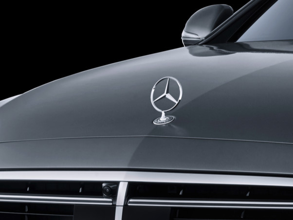 Mercedes Classe E, addio al fregio sul cofano