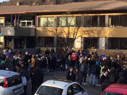 Zogno: aule «gelate» al Turoldo - Foto Protesta degli studenti fuori dall'Istituto