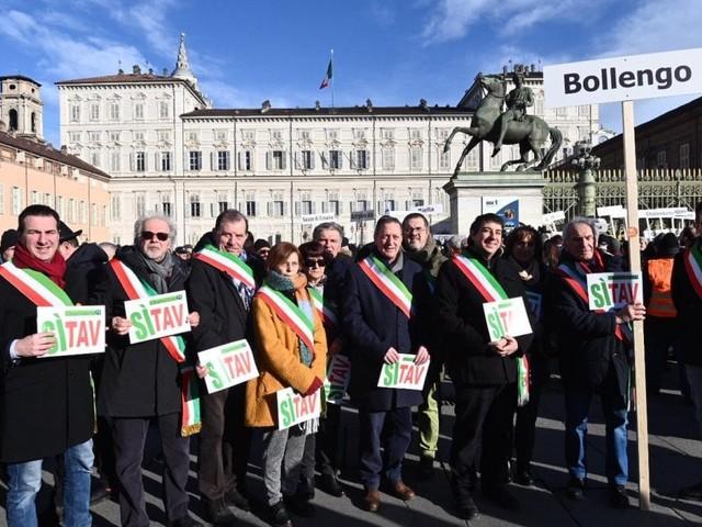 Sì Tav, i sindaci con la fascia violano le regole all flash mob per la Torino-Lione