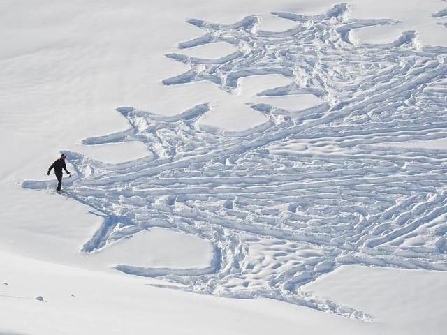 L'arte delle impronte sulla neve i favolosi disegni con le ciaspole dell'artista Simon Beck - VIDEO e FOTO