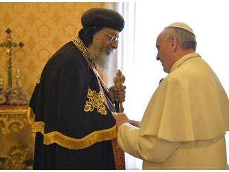 Il Papa prega per l'Egitto: sanguinosi attacchi a chiese copte