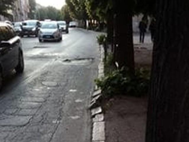Tra buche e marciapiedi distrutti: ecco come si presenta via della Repubblica