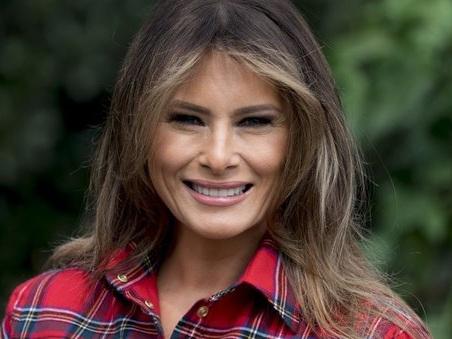 Casa Bianca, Melania Trump sulle orme di Michelle Obama: con i bambini nell'orto. E sempre chic