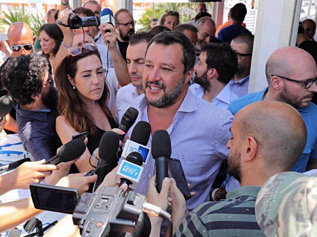 """""""Perché ha mentito su Savoini?"""". Salvini e gli insulti al solo giornalista che gli fa domande"""