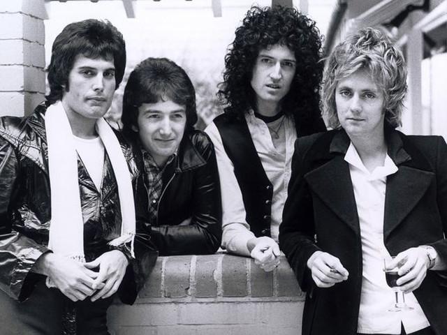 Roger Taylor pubblica una immagine inedita dei Queen del 1977 - GUARDA