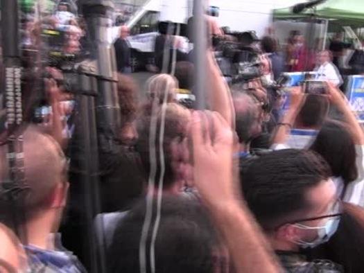 Milano: il caso Morisi scuote la Lega. Un cordone di Polizia separa Salvini dai giornalisti