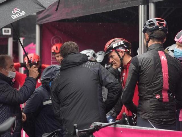 """Ciclismo, caos al Giro: """"Ho dovuto cedere al ricatto dei corridori, ma qualcuno pagherà"""""""
