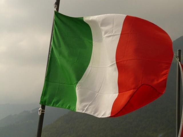 Roma, vilipendio e danneggiamento alla bandiera: denunciati 3 turisti
