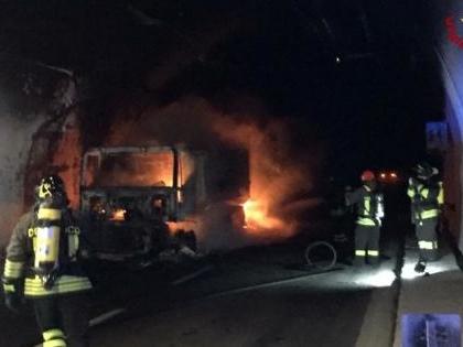 Brucia tir in galleria, terrore sull'A10: 32 intossicati