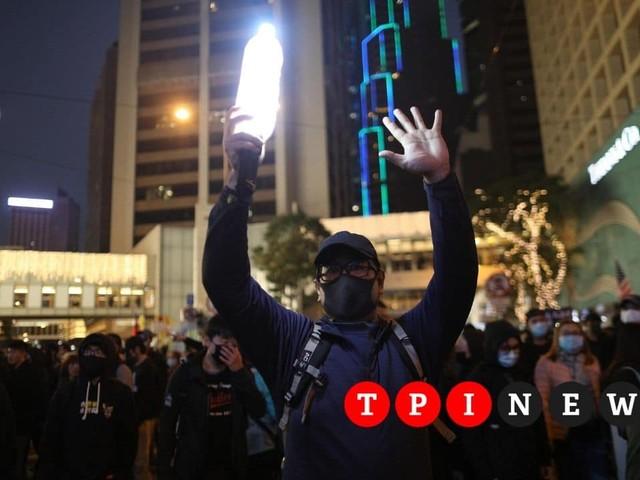 """A Hong Kong la marcia pro-democrazia, gli organizzatori: """"800mila manifestanti"""""""