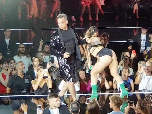 Nell'hangar dell'aeroporto di Linate, Robbie Williams incanta il pubblico alla corte di Re Giorgio Armani