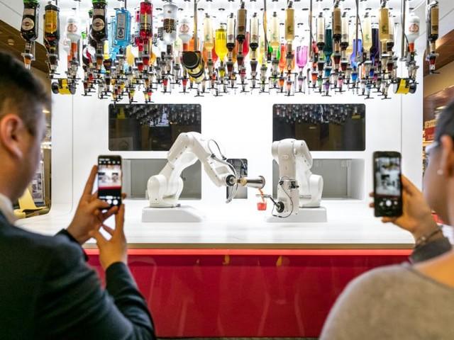 """Alla Fiera """"Hotel 2019"""" debutta il barman robot, braccio meccanico per i drink"""