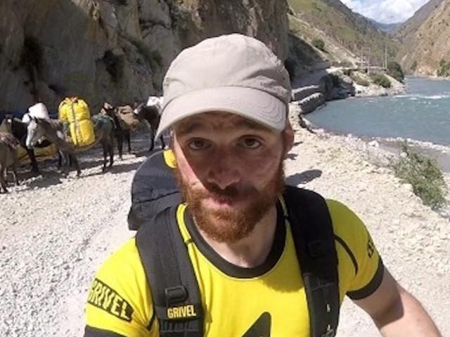 Andrea Lanfri inizia la scalata di Punta Hiunchuli (7.246 m)