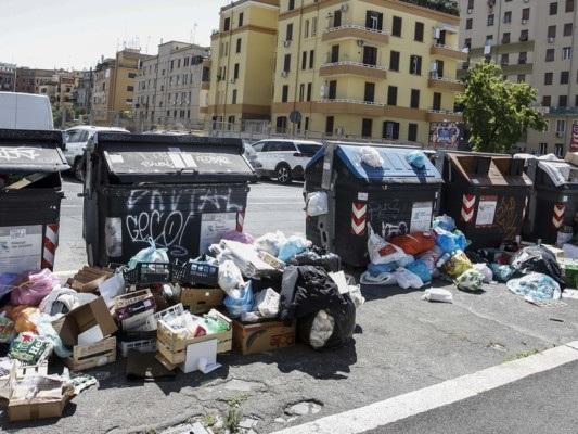 A Roma c'è un reale rischio sanitario per il collasso della raccolta rifiuti?