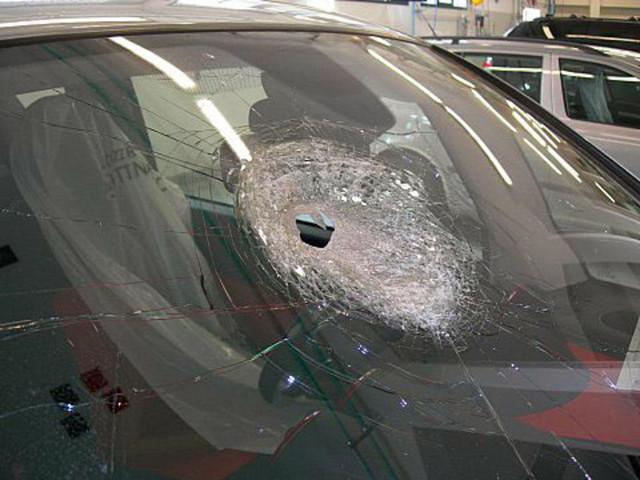 Sassi dal cavalcavia, arrestati due 17enni nel Messinese. A Torino pietra contro camion, illeso conducente