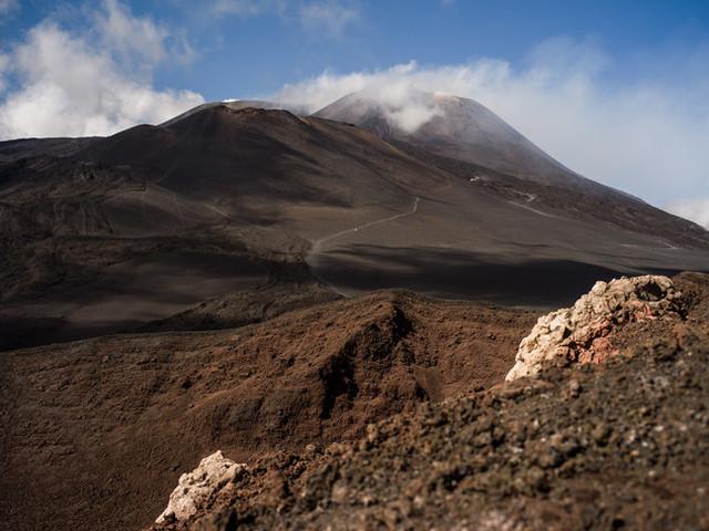 """""""La neve manca, ma sull'Etna in eruzione nascerà un polo sciistico"""""""