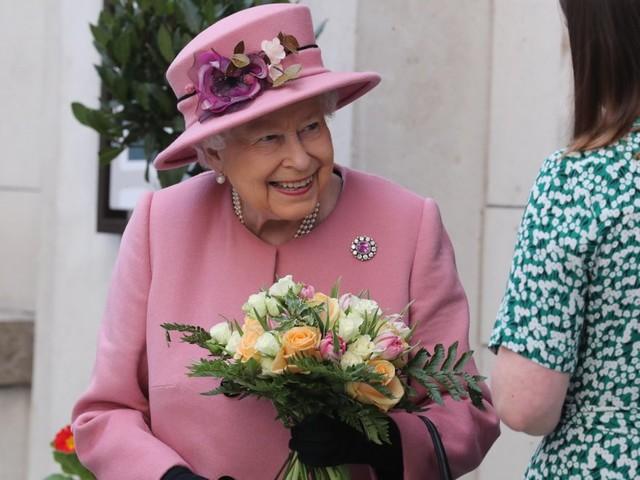 Incidente per la Regina Elisabetta mentre scendeva le scale: momenti di panico dei presenti. Cosa è successo