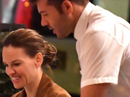 Hilary Swank, serata romana con il fidanzato: cena romantica a Testaccio