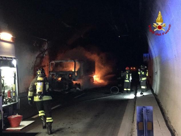 Savona, Tir in fiamme nella galleria: 32 gli intossicati