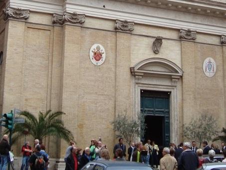 Roma, interrompe la messa in diretta tv urlando: «sono Dio». Portato via dalla polizia