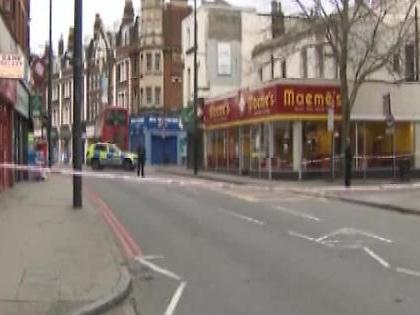 Attentato a Londra, armato di coltello ferisce diverse persone: la polizia uccide un uomo
