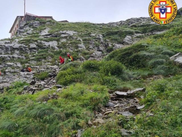 Viene colpito da un sasso mentre è in montagna e rimane ferito: raggiunge il rifugio da solo
