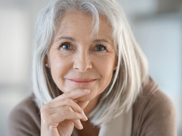 Il fascino delle donne con i capelli bianchi. Ancora belle, autentiche e sicure