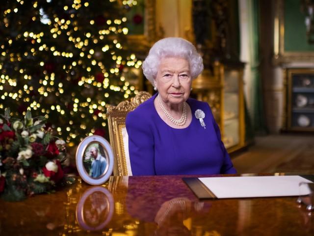 """La regina Elisabetta sola per il discorso di Natale: """"Molti di voi vogliono un abbraccio"""""""