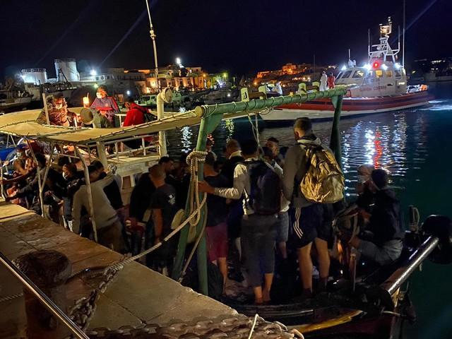 Migranti, ieri boom di sbarchi a Lampedusa: arrivate 433 persone