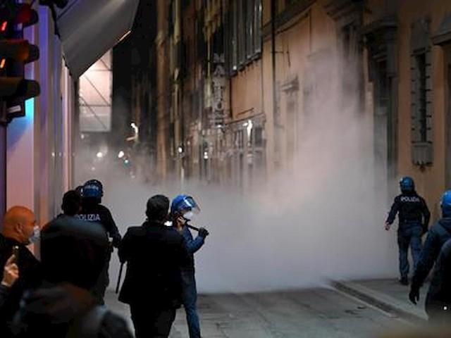 Firenze, scontri alla manifestazione contro le restrizioni del nuovo Dpcm: 4 arrestati e 20 denunciati VIDEO