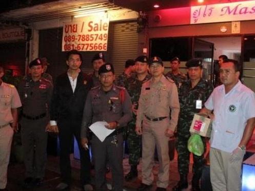 I soldati dell'esercito e la polizia di Phuket hanno fatto irruzione in 16 saloni di massaggio a Poonpol Night Plaza