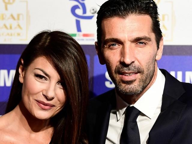 Gigi Buffon, Ilaria D'Amico e tutti e 4 i figli: la quarantena la passano così. La (rarissima) foto di famiglia