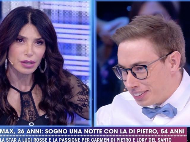 Carmen Di Pietro accetta la proposta indecente di Max Felicitas, che racconta cosa è successo a telecamere spente