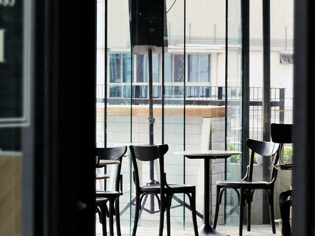 Parigi, aspetta troppo per un panino: il cliente spara al cameriere e lo uccide. È caccia all'uomo