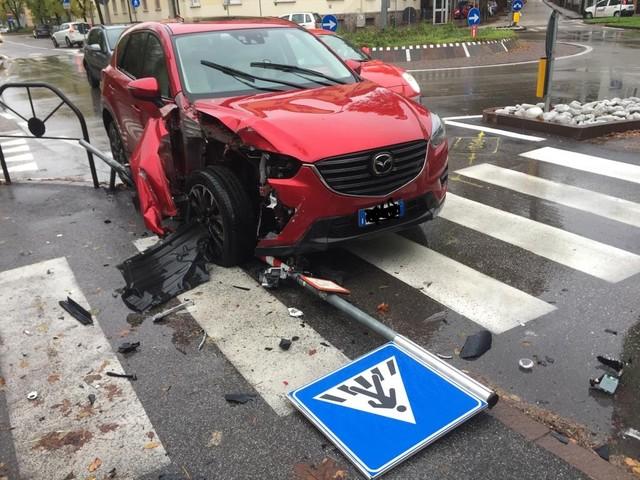 Perde il controllo dell'auto sulle strisce pedonali: nessun ferito, cartello ko
