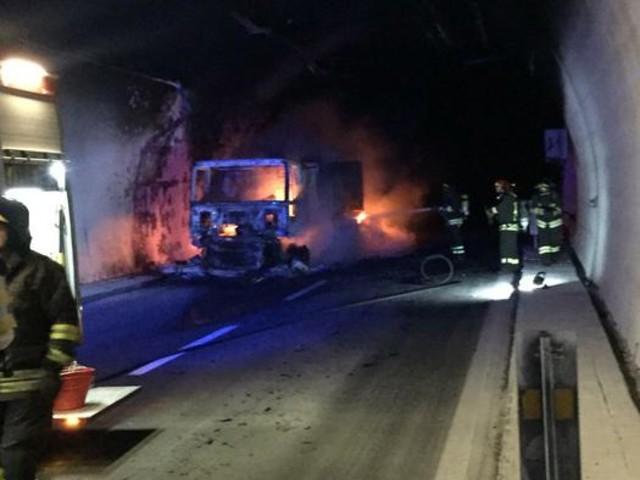 Tir a fuoco sull'autostrada A10, 32 intossicati [FOTO]