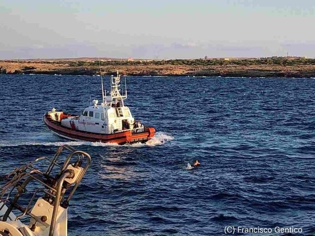 Open Arms, nove migranti si gettano in mare per raggiungere la riva FOTO-VIDEO