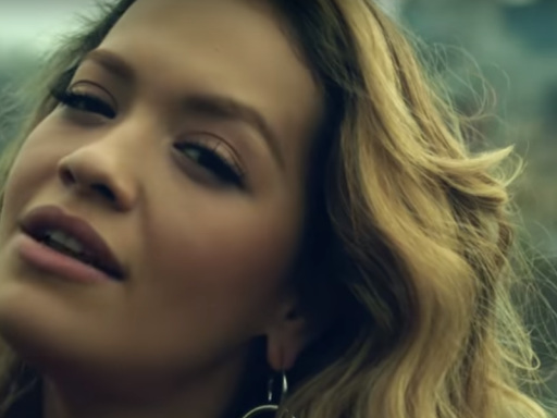 "Rita Ora stilosissima in giro per New York nel video del nuovo singolo ""Anywhere"""