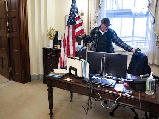 È stato arrestato Richard Barnett, l'uomo entrato con la forza nell'ufficio della speaker della Camera statunitense Nancy Pelosi