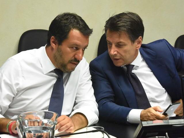 Il governo dei sospetti: scontro finale Salvini-Conte
