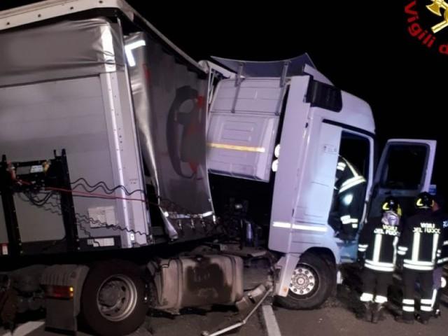 Tolentino, perde il controllo del tir e si schianta contro il guardrail: traffico in tilt in superstrada
