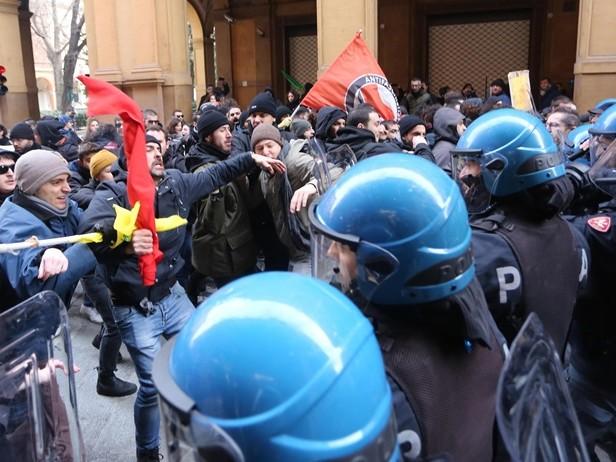 Scontri a Bologna: feriti 4 agenti e 6 attivisti, 2 giovani denunciati