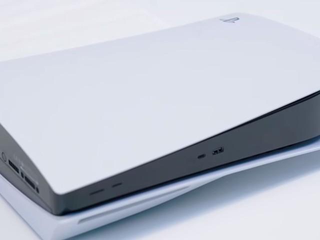 PS5 diventa un router installato da un finto tecnico. La folle trovata di un giocatore per ingannare la moglie