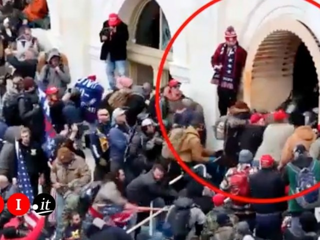 Poliziotto picchiato dai sostenitori di Trump durante l'assalto al Congresso: le immagini inedite