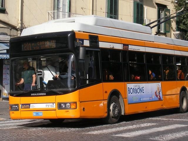 Salerno, pugni e calci a controllore e vigilante sul bus: preso nigeriano