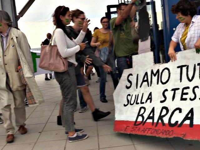 """Genova, blitz degli ambientalisti al Salone nautico: """"Siamo tutti sulla stessa barca e sta affondando"""""""