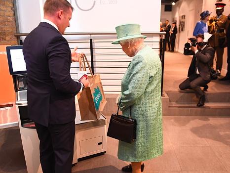 Regina Elisabetta, lo stupore alle casse automatiche del supermercato: «Ma si può imbrogliare?»