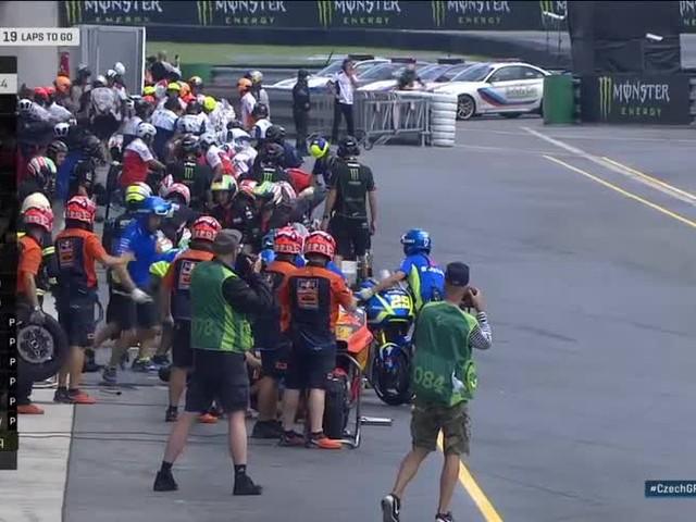 MotoGP, GP Brno: Iannone cade ai box durante il cambio moto!