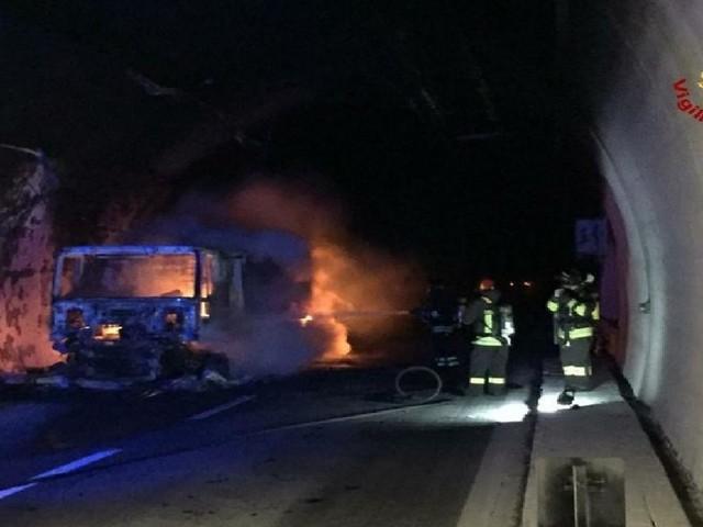 Savona, tir prende fuoco in una galleria della A10: 32 persone intossicate