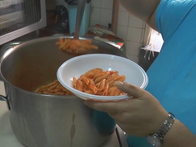 Genova, poveri in fila per la mensa creano assembramenti: multati